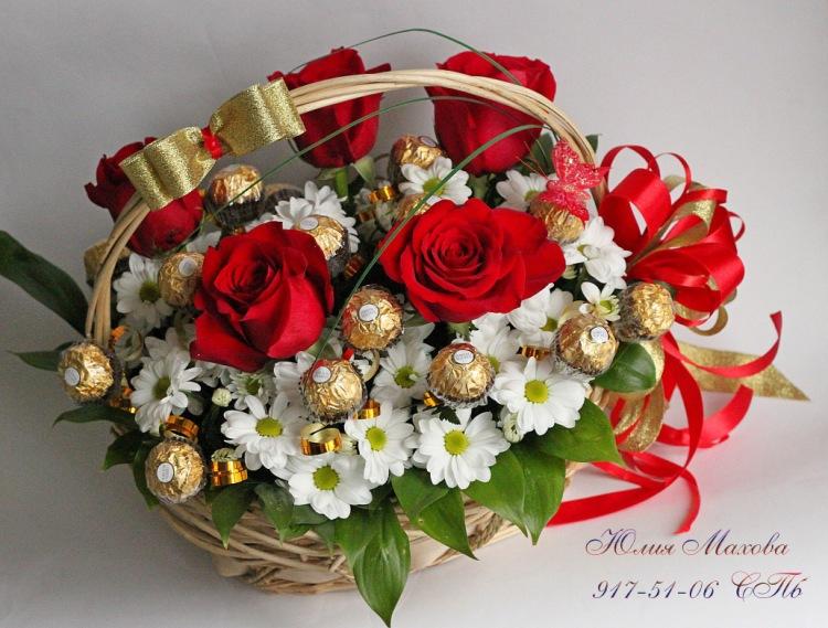 Букет из конфет с живыми цветами