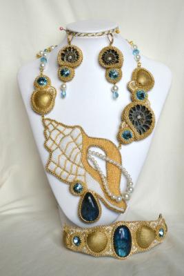 """Коллекция  """"Музыка из бисера """".  Вышивка бисером - колье, браслет и серьги Лабрадоры, аммониты, риволи..."""