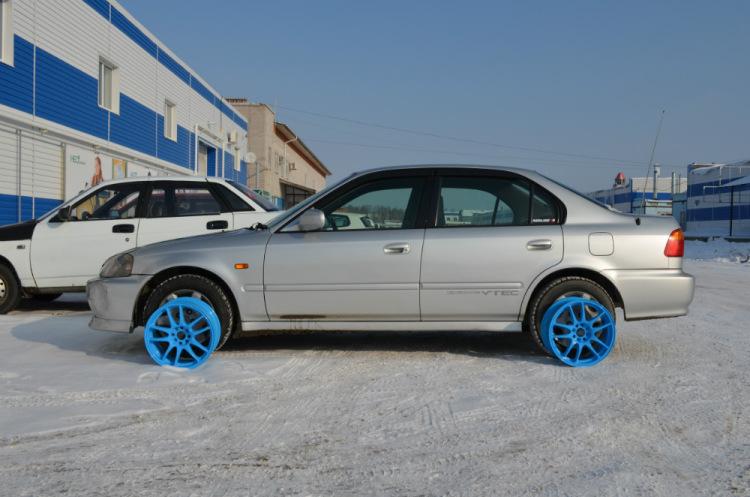 синие диски на черной машине фото